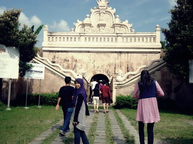 .. Gerbang masuk ke Taman Sari ..